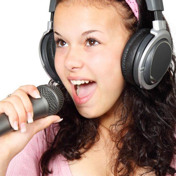 girl-holding-karaoke-mic-41542-min
